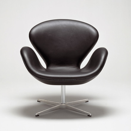 Swan Armchair with armrests by Fritz Hansen in leather