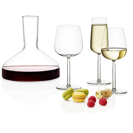 Group image of the filled Iittala Wine Carafe Decanter and three glasses of the Senta Glass Series. Due to its well-balanced shape, the decanter (Citterio and Nguyen) matches perfectly various wine glasses – among others, the Senta Glasses (Häberli).