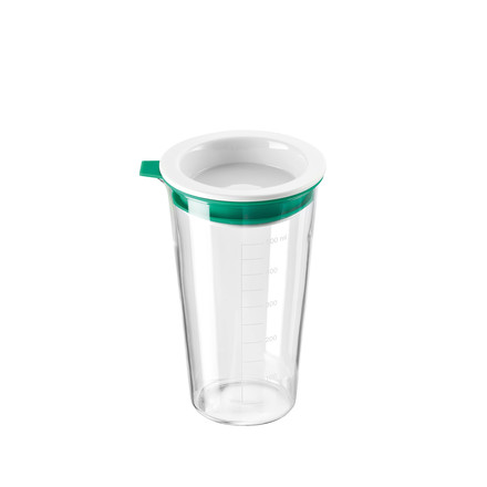 The measuring cup with lid by Thomas with a capacity of 500 ml