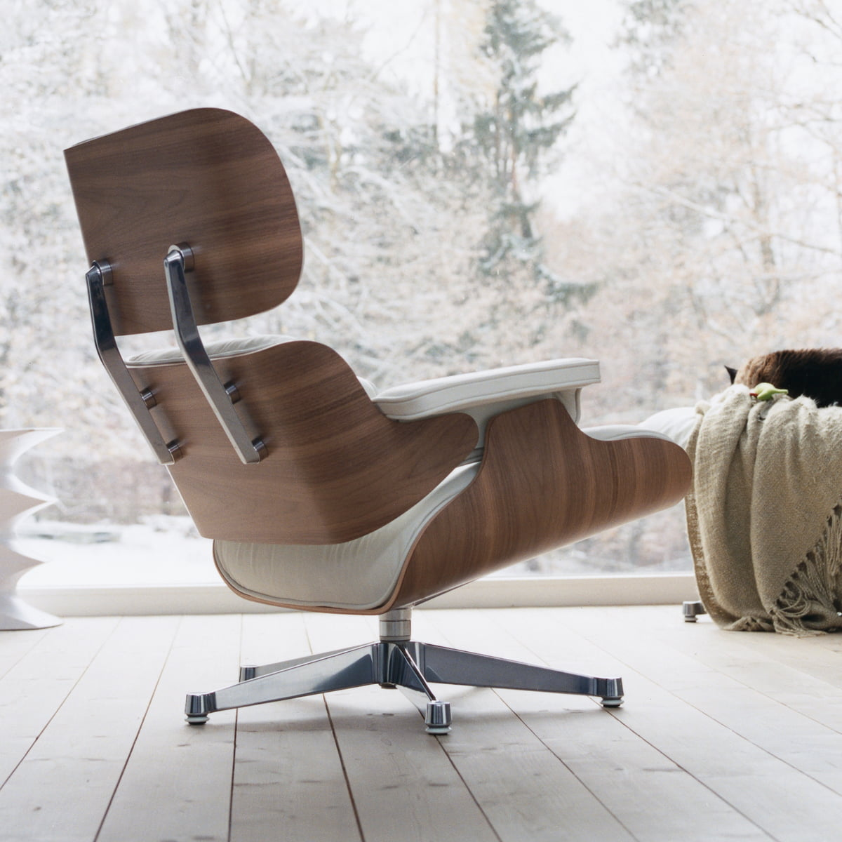 Vitra lounge chair amp ottoman white version von charles amp ray eames - Vitra Chair With Premium Leather And Comfortable Padding