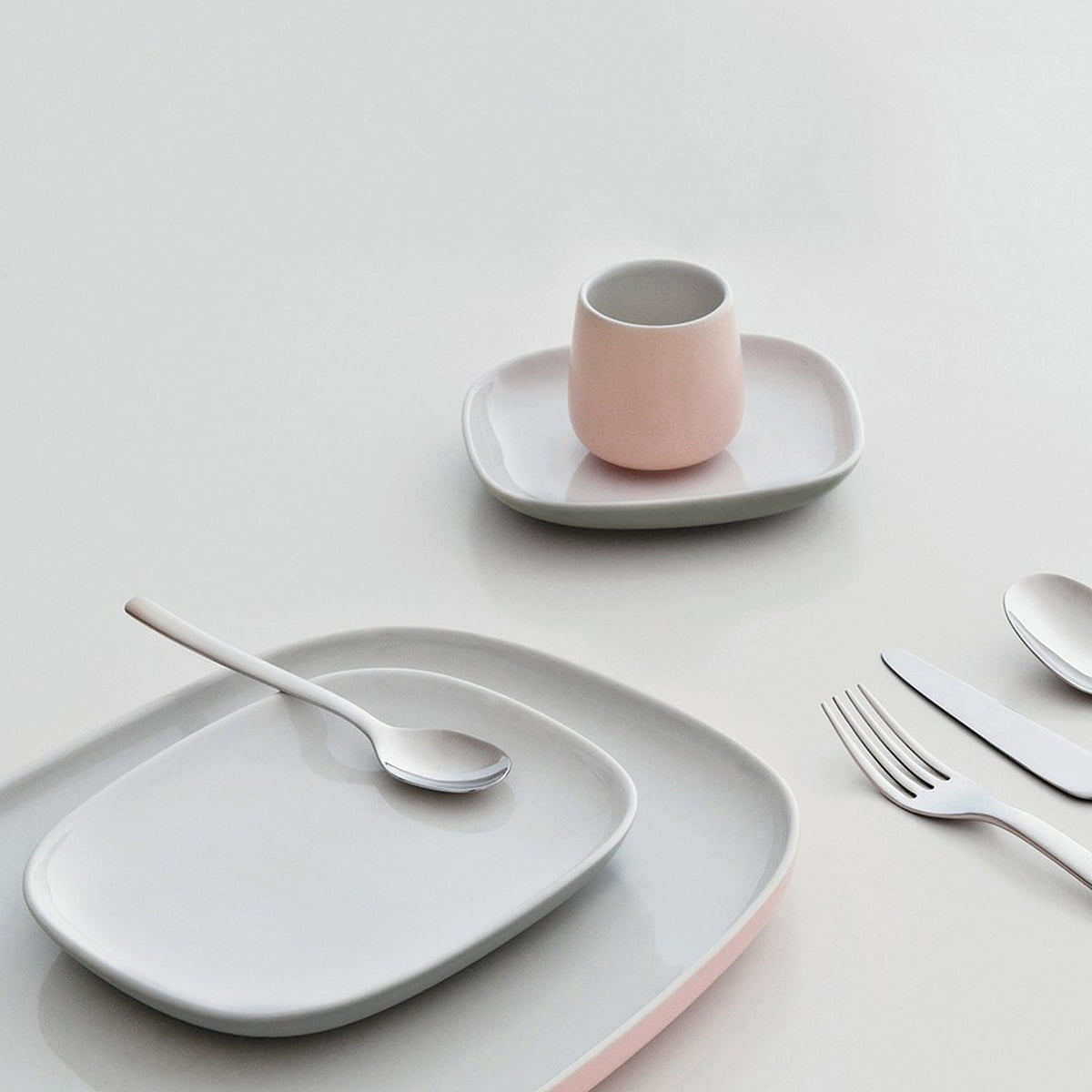 ovale dinner plate by alessi in the shop - ovale tableware collection with cutlery
