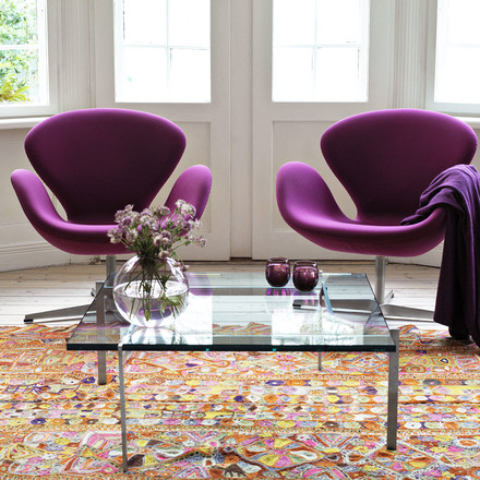 Swan armchair in purple with the PK61 coffee table by Fritz Hansen