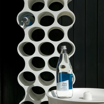 The Wine Rack Set Up by Koziol in white can be stacked flexibly and offers an elegant way of storing all kinds of bottles.