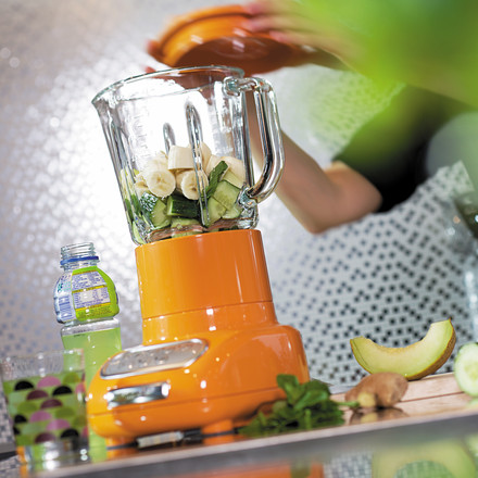The Artisan Blender by KitchenAid with glass container chops fruits and vegetables in no time. With the high-performance mixer, smoothies or soups are created trouble-free and fast. The perfect aid for the kitchen!