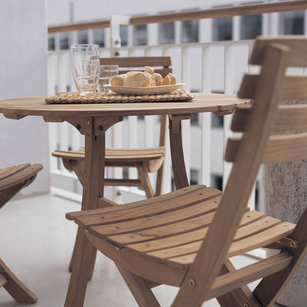 By now, Breakfast on the Balcony is finally possible thanks to the furniture series Vendia by Skagerak. For his design of the Vendia table and chairs, Mogens Holmriis emphasized the factors of practical elegance, robustness and weather resistance.
