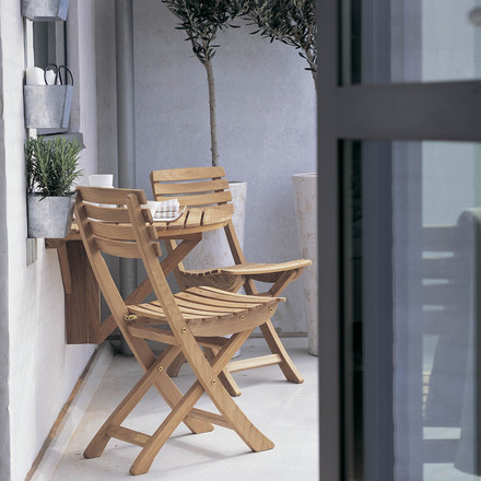 The designer Mogens Holmriis created a robust and weatherproof furniture seriesout of teak wood with Vendia for Skagerak. The Vendia Table and the matching chairs are perfectly suitable for style-conscious furnishing of balconies or small terraces.