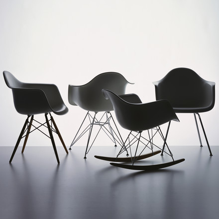 Vitra - Eames Plastic Armchair, basalt - group, situation image
