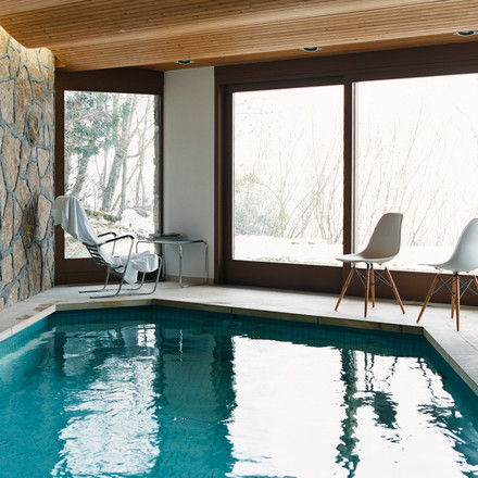 Vitra - Eames Plastic Side Chair DSW, at pool - ambience image