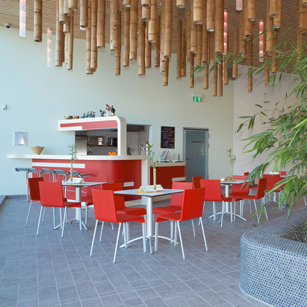 Vitra - .03 Chair, Ambience image / Cafe, red