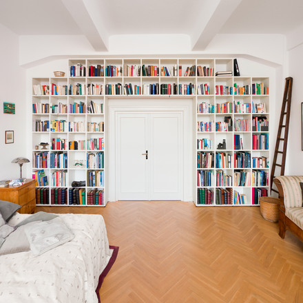 Flötotto - Shelving System 355, white - around the door, ambience image