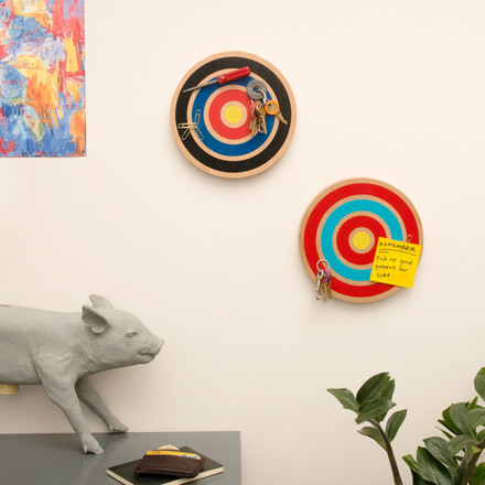 The Key Target by Areaware is available in red and black. The design comes from the Bower Design Studio and it leans on the pictures by the American painter Jasper Johns.