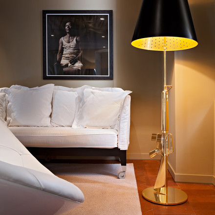 Flos - Lounge Gun Floor Lamp, shiny gold - atmosphere