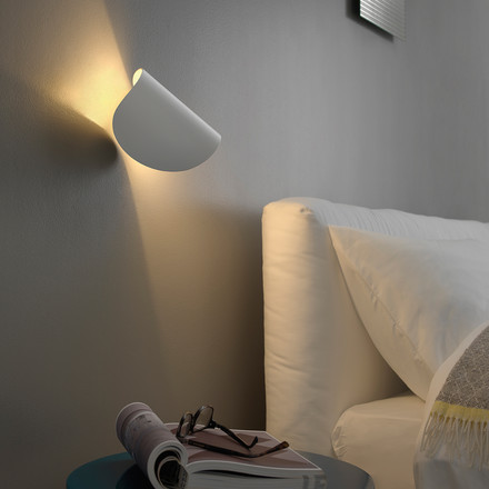 Wall lamp with soft contours