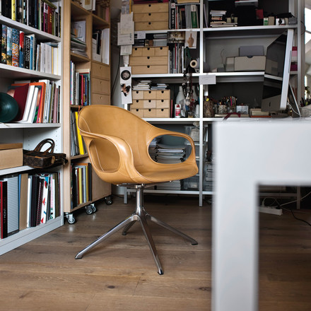 Timeless office chair with leather upholstery and swivel base