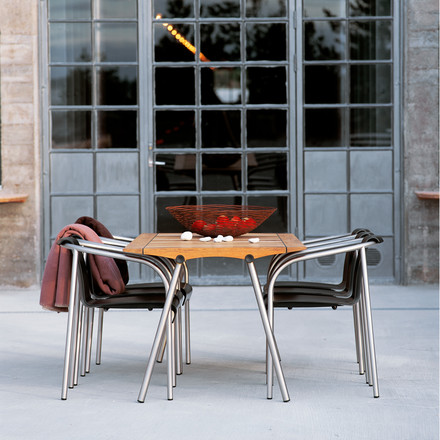 Timeless table for outdoor use