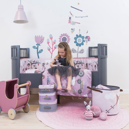 Girl's room in dark grey and pink