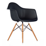 Vitra - Eames Plastic Armchair DAW (H 43 cm), yellowish maple / basic dark, felt pads white (hard floor)
