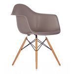 Vitra - Eames Plastic Armchair DAW (H 43 cm), yellowish maple / mauve grey, felt pads white (hard floor)