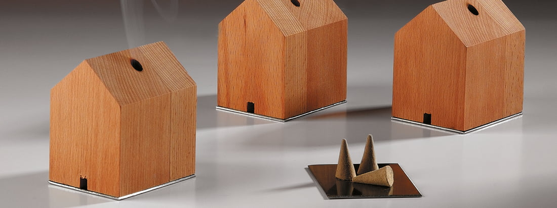 The manufacturer Design im Dorf produces primarily products made of wood like the smokehouse. The house, including incense cones, convinces through simple forms.