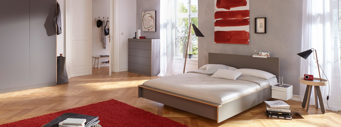 The Flai bed from Müller Möbelwerkstätten is not only reminiscent of flying regarding the name - straight, clear lines create a harmonious design language, which is absolutely timeless. The headboard contributes to even more comfort and style.