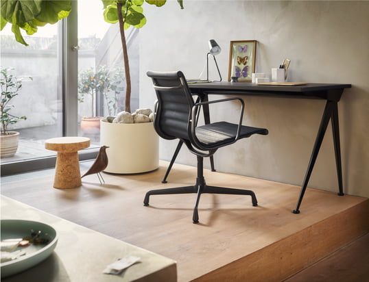 Find our office chairs, desks and bureaus...