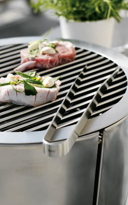 Find BBQ accessories, such as BBQ tongs, skewers, statulas, smoke wood, marinade pots and grill brushes in here...