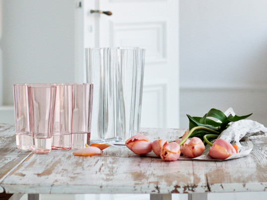 The timeless Aalto vase is one of the most famous glass objects of the world, it is synonymous with Finnish glass art and the manufacturer Iittala. Today, the Aalto vase is the absolute classic among the design vases.