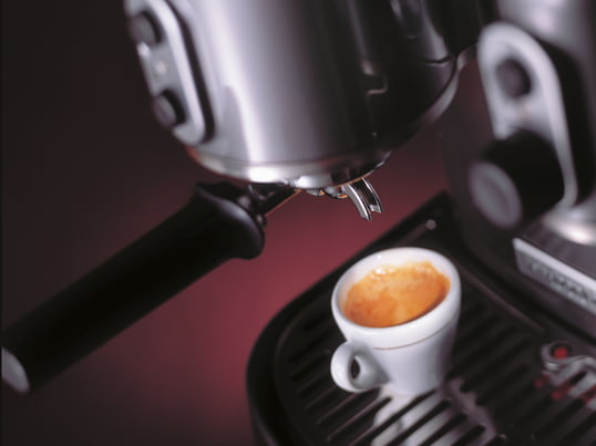 The Artisan espresso machine prepares you in a jiffy a perfect cappuccino or espresso, Italian style. The machine impresses with its distinctive design of KitchenAid.