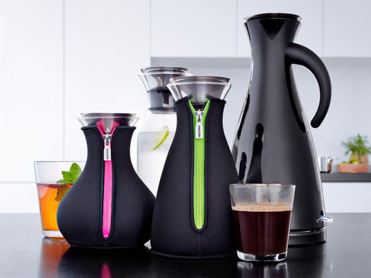 Whether coffee, tea or a cold drink out of the fridge. With the many contemporary jugs and coffee pots from Eva Solo you are well equipped. Cold stays cold and warm stays warm.