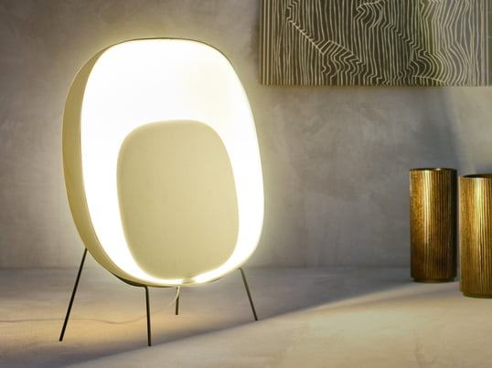 The floor lamp Stewie Terra spreads warm, relaxing and friendly light at the same time. The lamp sets a warm, vivid contrast in clear and modern furnished rooms.