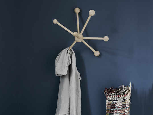 A coat stand often occupies too much space. As an alternative, a slim wall-mounted coat rack provides space for jackets, coats and bags, such as the Klein & More 'Garderobe'.