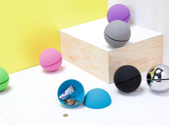 The spherical Moneybox Giro by Authentics is a minimalist desk element, which wont't reveal its function to anyone else. Additionally it is a modern eye-catcher.