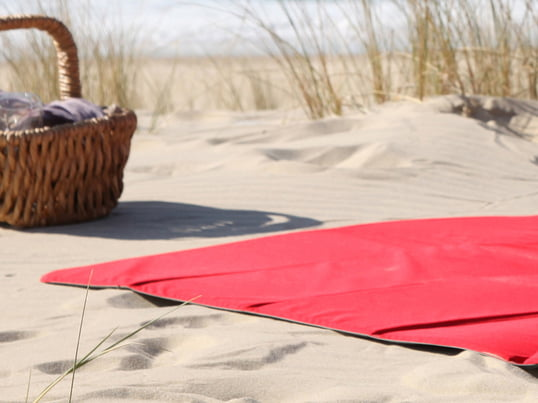 Find practical and comfortable picnic blankets, beach mats and deckchair padding from well-known manufacturers such as Fatboy or Menu in the Connox online shop.