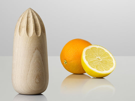 The Turn Around squeezer by Muuto is perfect for juicing citrus fruits. The KiBiSi design team shows that wood is also wonderfully suitable as a material for juicers.