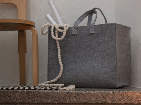 With the Iittala Meno bags, their multi-purpose character and practicality stand in the foreground. One could not wish anything more of a carry bag. Polyester felt makes a bag extremely durable, lightweight and at the same time aesthetically appealing.