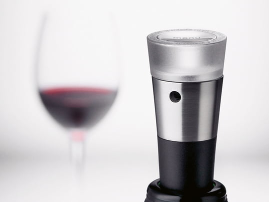 The Menu vacuum stopper from the Vignon wine series noticeably extends the life of your wine. On top of the vacuum seal offered here, the series includes a decanter pourer, foil cutter and corkscrew.