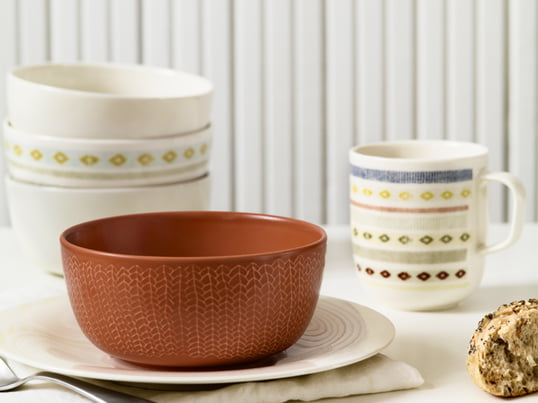 The Finnish manufacturer Iittala reinveted the mindset for tableware. The soft contours and distinctive decors allow diverse combinations for a contemporary food culture.