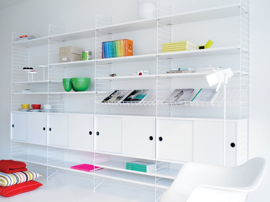 Unimagined possibilities with the diverse shelf elements by String. Adapt your shelf easily to your room and experience the individual sense of space.