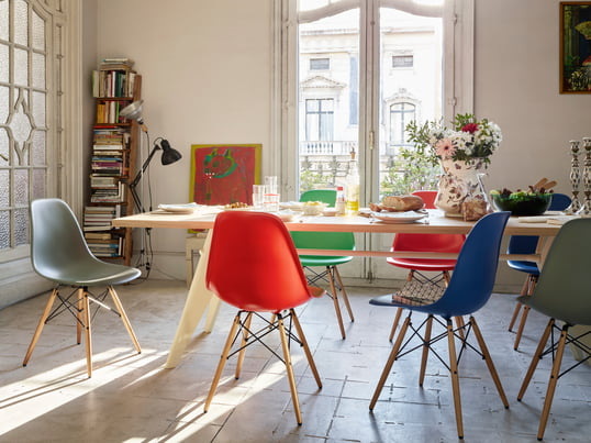 The Plastic Side Chair DSW by Charles & Ray Eames now convinces in basic dark, mauve grau, classic red and many more. In the dining room as well as the kitchen and the office the Plastic Side Chair can be perfectly used.