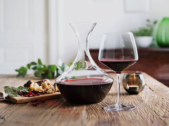Enjoy a full-bodied red wine with the Perfection collection from Holmegaard – served from this wine carafe and in a rounded red wine glass.
