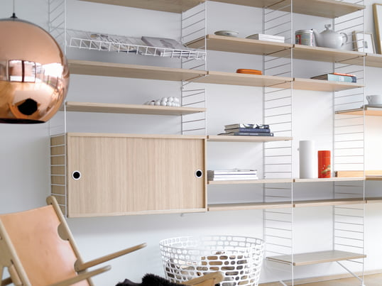 Let your creativity run free with the String shelving system. Side panels and boards, available in different colours and materials, can be combined in an individual manner.