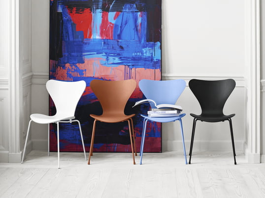Tal R gave a new look to the Arne Jacobsen designed Series 7 chair regarding the colours: monochrome, from head to toe in one color is how the design chairs from the manufacturer Fritz Hansen appear - in the colours black, white, Chavalier Orange and blue of Trieste.