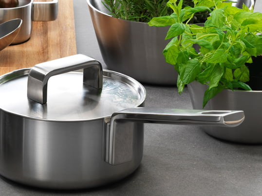 The high-quality Iittala cookware of the Tools series consists of pots and pans that are not only good to cook with, but also have an attractive design and are made of stainless steel, setting the right tone on your table.