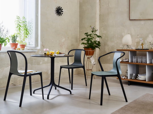 The tables and chairs of the Belleville Collection by Ronan and Erwan Bouroullec cut a fine figure, not only in the living room. The Vitra Bistro furniture in French style are available in two versions for indoor and outdoor use. Slender furniture with accents in deep black.