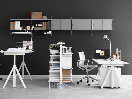 With its Works Collection, String offers height adjustable desks, modular shelving systems and other office furniture, which create a creative, productive working atmosphere in the home office.