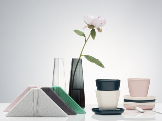 Finnish craftsmanship meets Asian ambience: the vase, dish, place mats and napkin by the Issey Miyake Design Studio are influenced by Asian culture.