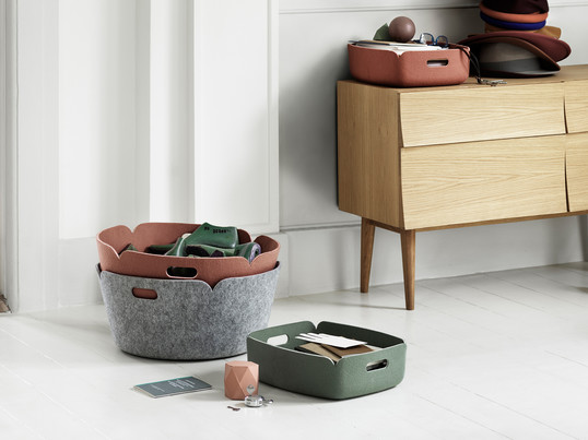 The Restore tray and the Restore storage basket from the Scandinavian company Muuto with their understated design are perfect for storing and serving.