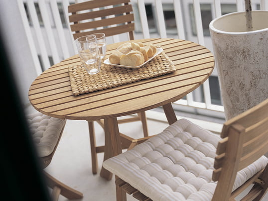 Wooden garden furniture give the balcony a rustic look. The Vendia table with chairs from Skagerak is the perfect place for a wonderful open-air breakfast.