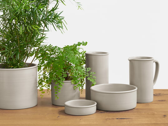 The Salina collection by e15 was inspired by the sand gray stoneware jugs, which are typical for the region around Frankfurt. It is focused on the essential, but can be used inviduell.