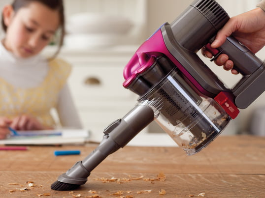 The Handheld Vacuum Cleaner DC43H by Dyson convinces with a strong, consistent suction power and ergonomic design. It is delivered with a combination nozzle and crevice nozzle.